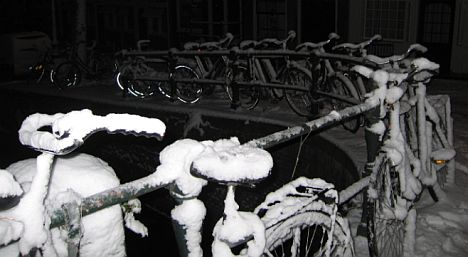 bikes%20in%20the%20snow%20in%20Amsterdam%20at%20night.jpg
